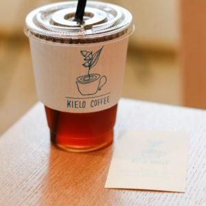 「アイスのハンドドリップ」450円(税込)。店名にもなっている「キエロ」はフィンランド語でスズランを表し、幸福のシンボルとしてお店のロゴにも。