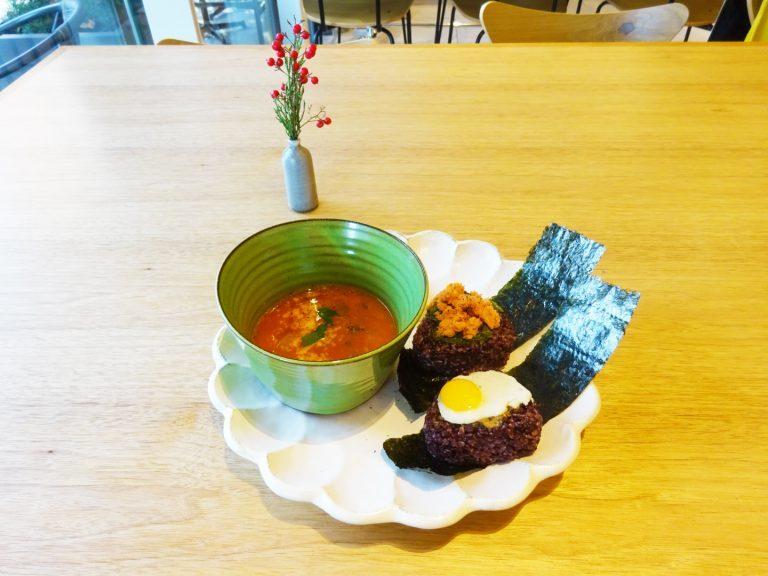 「赤米のおむすび(サーモンとめかぶ)本日のスープ付き」800円