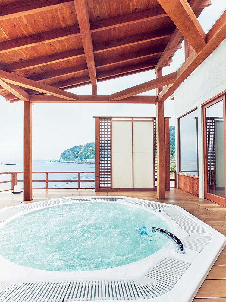 名物のジャグジー付き露天温泉「海」(有料)のほか、趣向の異なる4つの貸切風呂(無料)を利用できる。