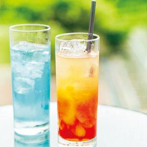 ホテルオリジナルのカクテル(左・SAKEサーファー、右・サンセットYUMI)で乾杯しよう。各680円。