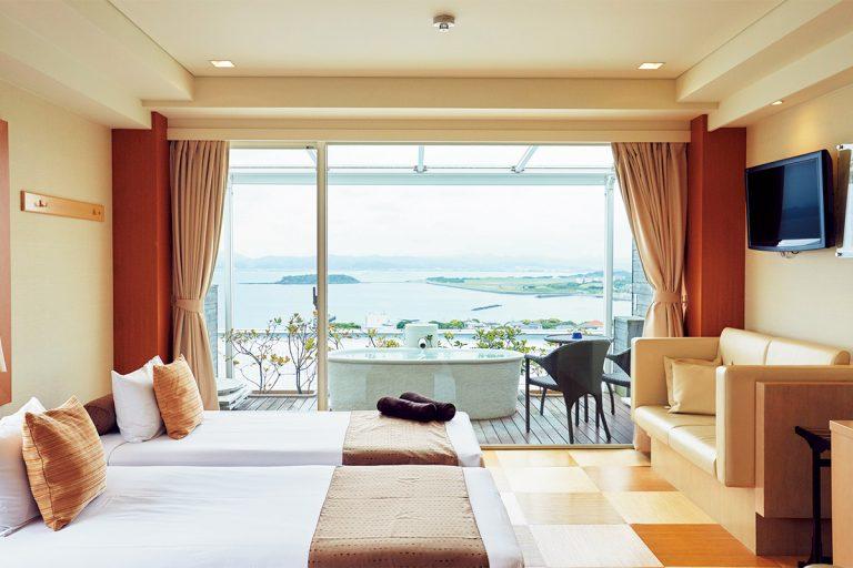 人気の「プレミアムルーム」。浴槽の形まで部屋ごとに異なるため、指定予約する利用客も。その他3タイプの客室がある。
