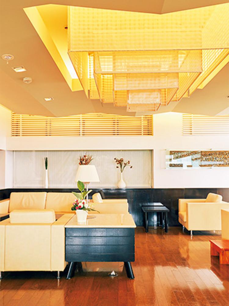 宿泊客以外も利用できるレストラン&バーでは、夕日を眺めながら過ごせる。サンセットバーサービスはこちらで。