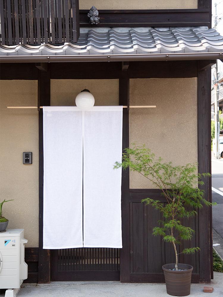 築100年という総2階の京町家の、1階部分。格子戸を開けると玄関があり、靴を脱いで入るスタイルも京都らしい。いちばん奥には小さな坪庭もある。