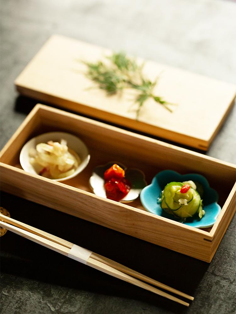 ターコイズブルーの食器が人気の東一仁さんは地元・京都で作陶する作家。食器はほぼ彼の作品でそろえた。器が並ぶ箱は〈越前漆芸やまよ〉のもの。