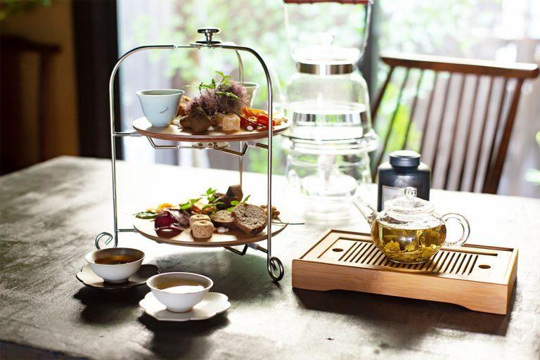 グラスに注がれた冷茶にはじまり、野菜の前菜、薬膳スープ、点心類、お粥と続き、最後にティースタンドのお菓子と中国茶。杏仁豆腐やお茶のフィナンシェなど、菓子も自家製。