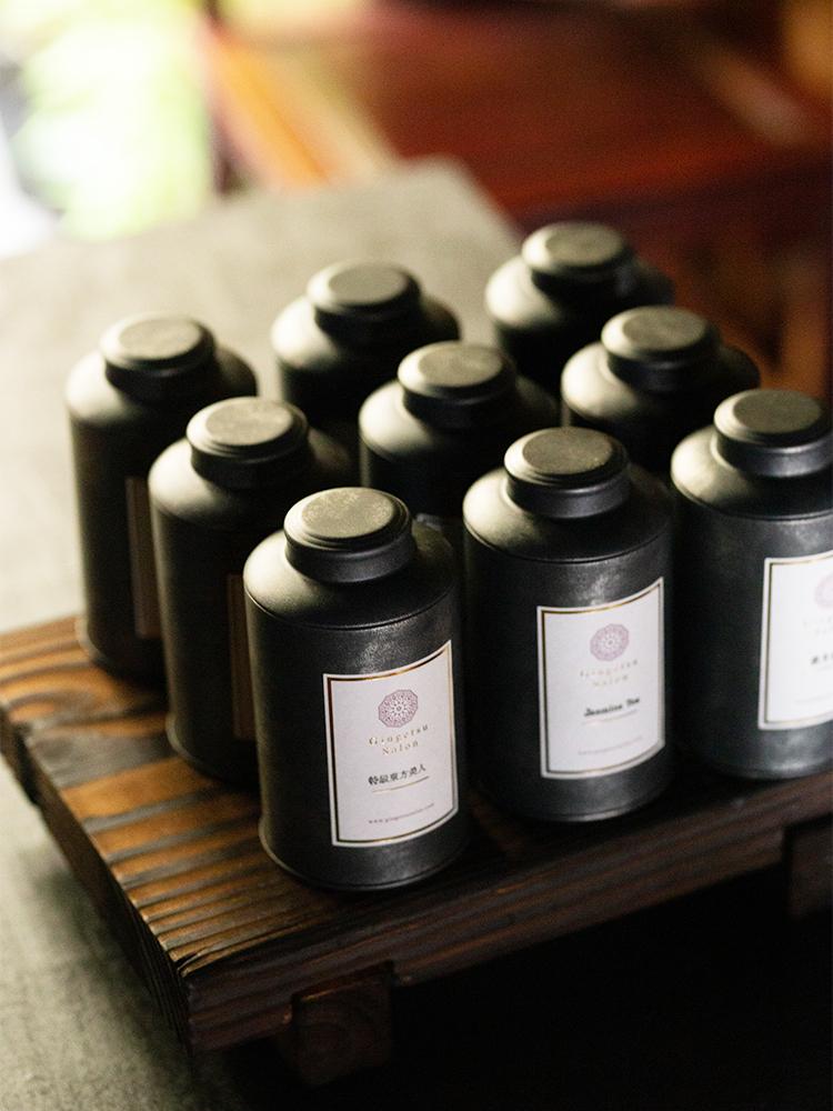お菓子と楽しむ中国茶は、高田さんが直接買い付けている9種の茶葉から、好みのものを。実際に現地に足を運んで手に入れたものもある選りすぐり。