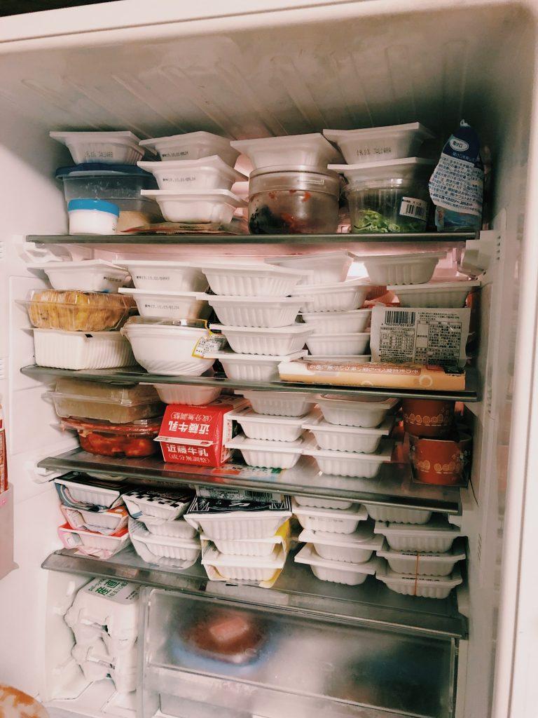 九州にて35種類110パックの納豆を冷蔵庫に収めた様子