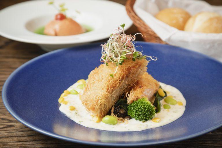 季節の食材を使った週替わりランチは前菜とパン・ドリンクが付いて1,300円。
