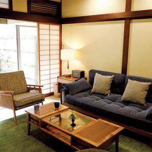 伝統的な町家建築をそのまま生かし、レトロモダン家具でコーディネートしたキッチン付きのリビング。ほかに和室、2階の和室とベッドルームがあり、滞在者が個々の時間を過ごせる広さも一棟貸しの宿の魅力。