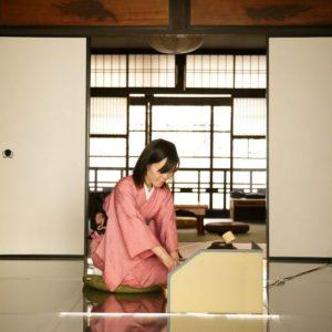 透明の茶碗でお茶を点てる様子をガラスの床越しに鑑賞。