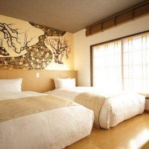 窓から優しい光が差し込むベッドルーム。