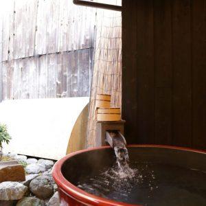 夜は和紙越しの明かりを眺めながら入浴できる露天風呂。