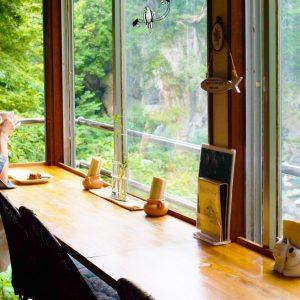 渓谷を望める奥多摩の喫茶店〈絶景カフェ ぽっぽ〉へ。絶景を眺めながらいただくコーヒーは絶品!/Alice's TOKYO Walk vol.45
