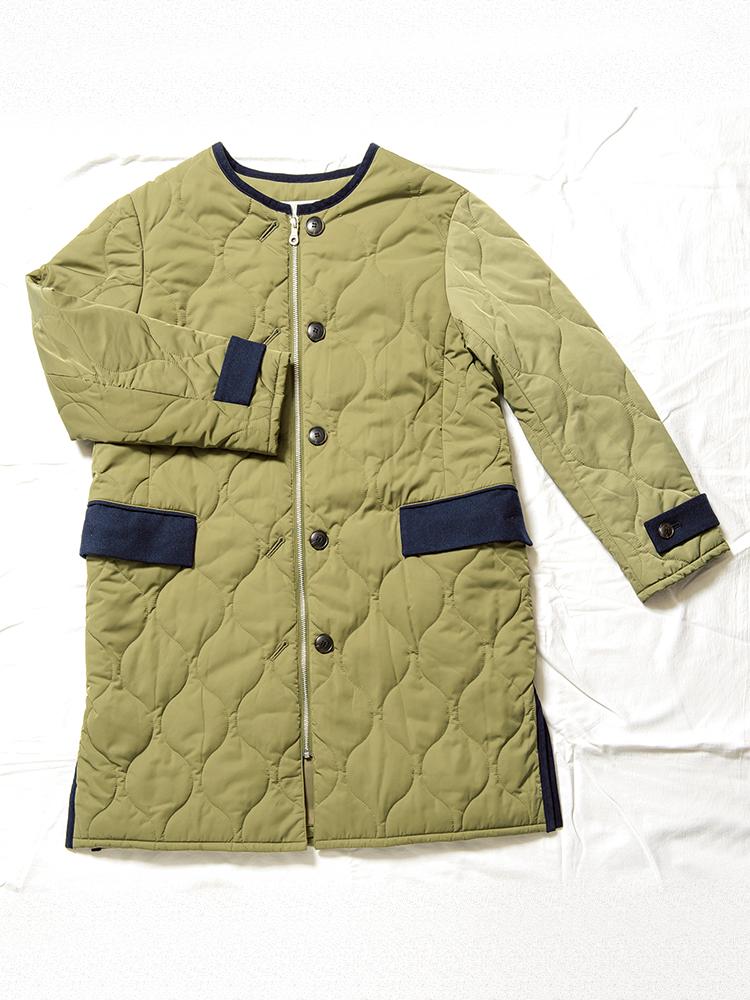 ジップとボタンの2wayで楽しめる中綿キルトコート。コーデュロイの袖口のベルトやパイピングが上品。18,000円。