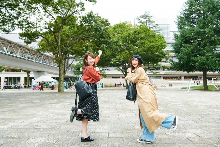 右:小松彩夏さん。女優、グラビアタレントとしてテレビや雑誌等で活躍。左:小林真琴さん。美容関連会社勤務、趣味は音楽鑑賞、スポーツ、食べ歩き。