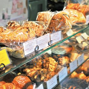 パンは夕方まで次々と焼き上がる。ガラスケースごと持って逃げたくなるほど、どれもおいしそう。