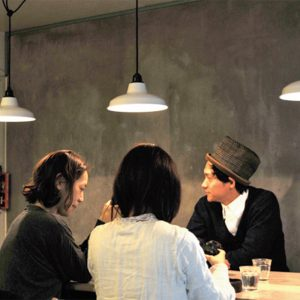 地下に併設されたカフェは、早朝から営業。薄暗い空間がやすらぎを与える。