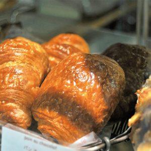 クロワッサン 160円、パンオショコラ 170円。美しいダークブラウンに焼き込んだ皮がバターの香ばしさを演出する。