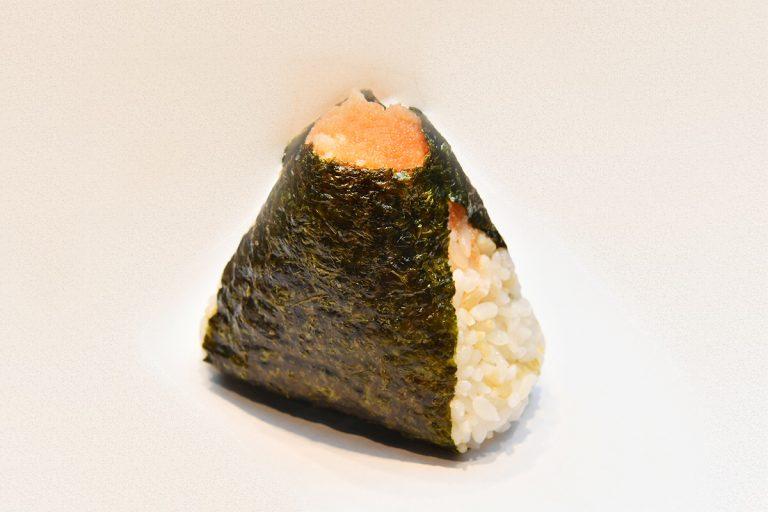 一番人気の「明太おむすび」170円(税込)は、具だくさんがうれしい。