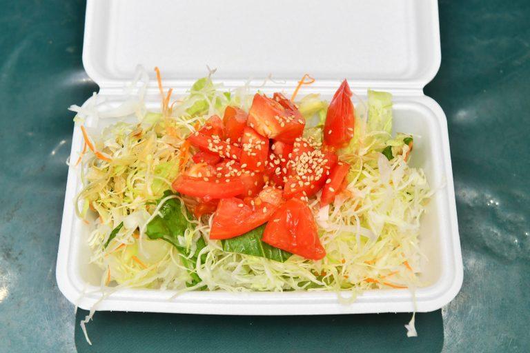 「サラダライス弁当」はおかず、サラダライス、みそ汁のセットで500円!