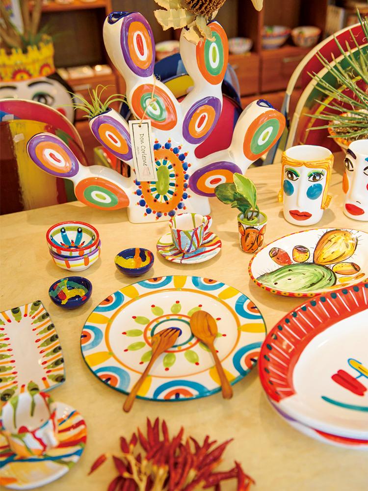 ポップな柄の皿はシンプルなパスタやサラダも、見栄えの良いごちそうに。にぎやかなホームパーティのテーブルコーディネートにもぴったり。