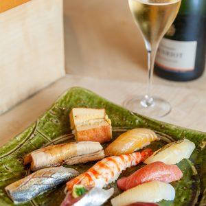 握り寿司 10貫 5,000円。10貫に巻物が1本つくランチ握りには、〈アンリオ〉のシャンパーニュがお薦め。しっかりとしたミネラル感はシャリとの相性抜群。だしや醤油など和食全般に合う万能な一杯だ。