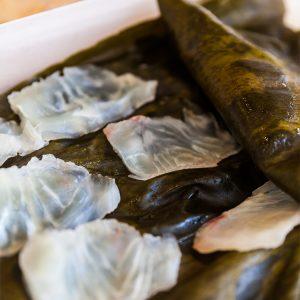 薄く幅の広い日高昆布は、鯛の身に密着しやすく、昆布と鯛の旨味が生まれる。