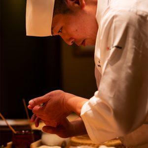 「寿司を握るのは誰にでもできること。その先を目指したい」と語る石島さん。養殖の魚は使わず、素材と向き合いながら新しい調理法を日々研究している。