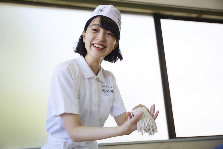 おみゆさん、自分で切った蕎麦を手にちょっと得意気です。