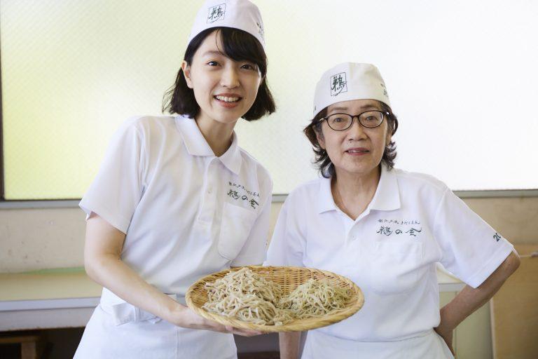 茹で上がった蕎麦を手に先生とパシャリ。なんだかいいコンビです。