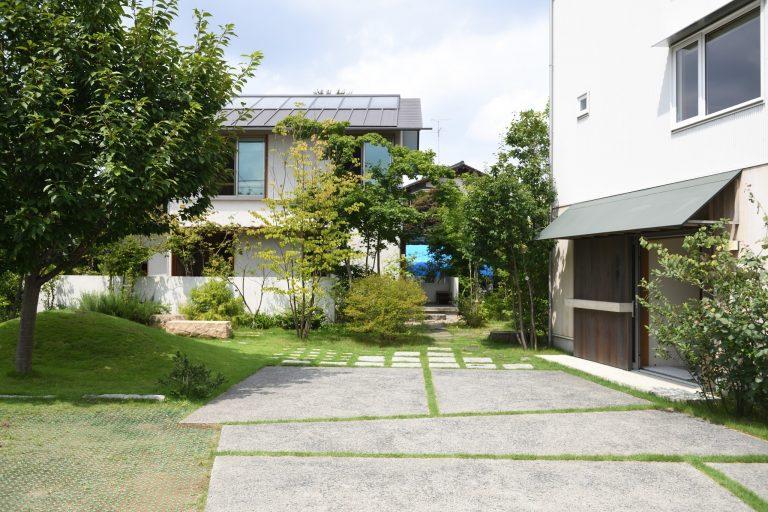 〈つむじ〉は東村山の駅から徒歩10分程度の場所にあります。右側に建つのがイベント会場にもなる「3階建て木造ドミノ住宅」。