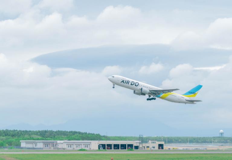 「北海道の翼」のシンボル、水色と黄色の鮮やかなラインで旅気分も上がる(写真提供:AIRDO)
