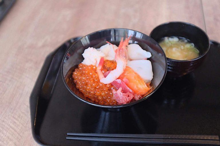 いくら、甘えび、サーモン、まぐろなど日替わりで並ぶ6種類の新鮮な魚介類が好きなだけ盛り放題!
