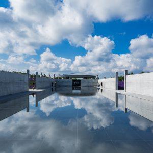 アプローチから大仏殿へは「水庭」を迂回して行く。水面には空が映り心まで美しくなる
