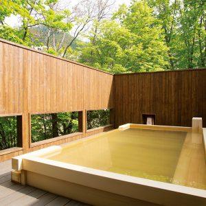 露天風呂は2種類。写真の「檜造りの露天風呂」は軽やかな雰囲気。