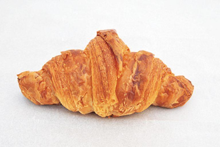 クロワッサン 250円。自家製発酵種だけで立ち上げる。ざくっと音を立てる厚めの層がバターと麦の風味をずっしり伝える。