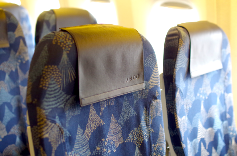 北海道の自然を表現したシートカバーが特徴的。針葉樹林やカラマツ林がモチーフ。