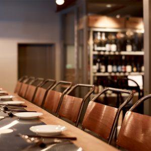 立ち飲みカウンターの対面は座りのカウンター席。グループで集まれるテーブル席もあるなど、TPOに合わせて選べるのがうれしい。