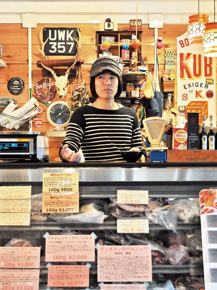 新町賀信さん/店主。食料品を輸入する会社に勤めていた頃、イタリアのサルメリア(食肉加工品の専門店)で衝撃を受けたことをきっかけに、その道のプロに。