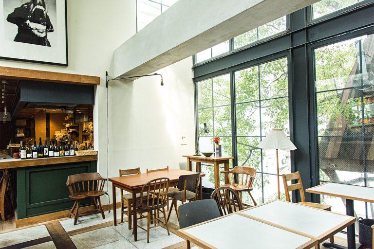 〈LIKE〉があるのは、洋服からボタニカルまでそろう〈BIOTOP〉の3階。螺旋階段からお店までのアプローチにも植物があふれ、大きな窓からは中庭のツリーハウスが望める、とっておきのロケーション。都内とは思えない開放的でゆったりとした空間。