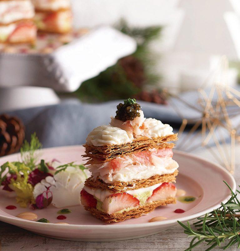 「ズワイ蟹と苺、アボカドのナポレオンパイ オシェトラキャビアを添えて」