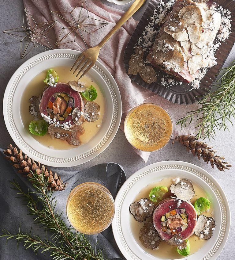 「牛フィレ肉とフォワグラ、冬野菜のトライフルロール トリュフ風味のコンソメを掛けて」