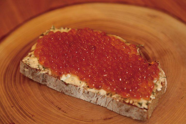 オーストリアの郷土料理をアレンジしたいくらのゲヴェルツマリネセルベルドカニュ吉田パン1,800円。
