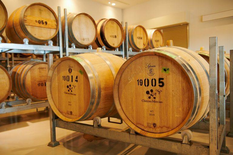 さまざまな樽が並ぶ樽庫。樽によって風味も変化するそう。