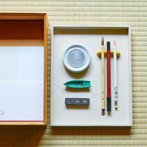 〈星のや京都〉ならではの文箱。硯、墨、舟の形の水滴などが入った上段を外すと、下にはレターセットが。心を鎮めて墨をすり、歌を詠むもよし、手紙を書くもよし。大切な時間となる。