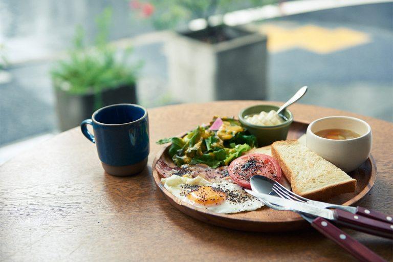 〈BERTH COFFEE〉では朝食も提供。モーニングプレートは野菜がたっぷり入ったスープとコーヒーつきで1,100円。アメリカーノ400円、カフェラテ450円。