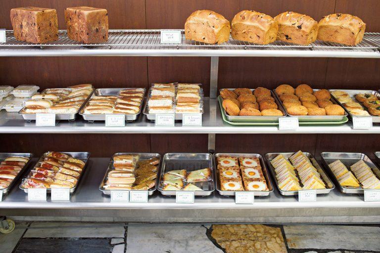「焼ピロシキ」330円や目玉焼きがのるクロックマダム風の「フレンチトースト」210円など 西洋風惣菜パンが目を引く。昔懐かしいアルミトレイに行儀よく並んだパンに心和む。