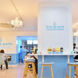 〈Cafe de paris〉のロゴやインテリアもカワイイ。
