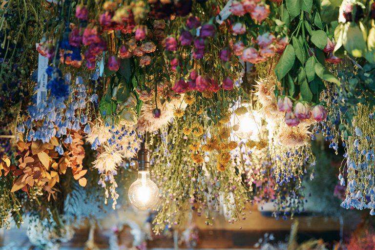 扉を開けると、天井一面に吊るされた色鮮やかなドライフラワーが迎えてくれる。使う花材はすべて自家製。