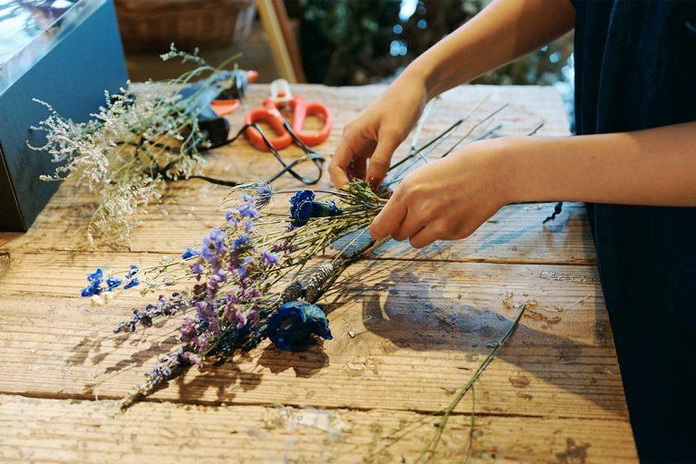 好きな花材を選んだら、生花と同じ要領でブーケを作っていく。